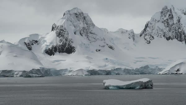 Wide shot of snow covered mountains in Antarctica Royalty-free stock video