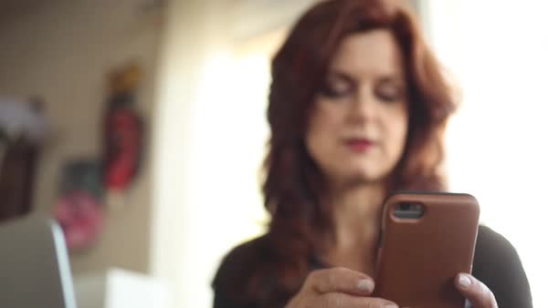 Panning shot view of a woman texting on her cell phone Royalty-free stock video