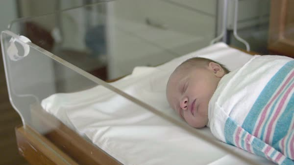 Exceptionnel Slow Pan Across Hospital Delivery Room To Infant Baby Sleeping   Stock  Video Footage   Dissolve