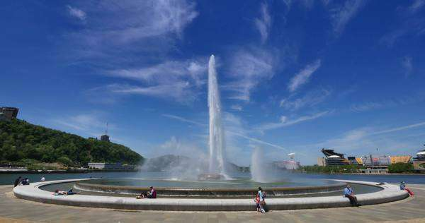 PITTSBURGH, PA - A wide angle establishing shot of the fountain in Pittsburgh's Point State Park. Royalty-free stock video