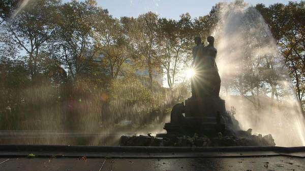 Brooklyn, New York City: Wide-angle shot of Bailey Fountain in bright morning sunlight Royalty-free stock video