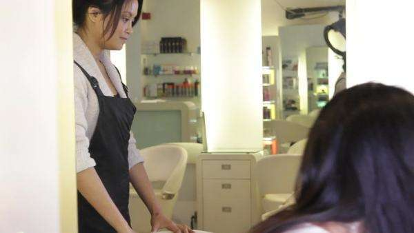 WS, Female client sitting in hairsalon, talking to hair dresser Royalty-free stock video