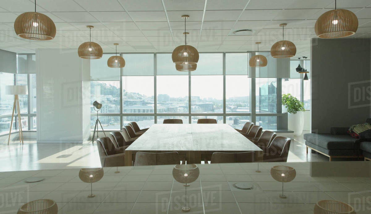 Charmant Conference Table And Pendant Lights In Modern Office Conference Room