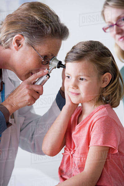 Female doctor examining small girl (4-5) Royalty-free stock photo