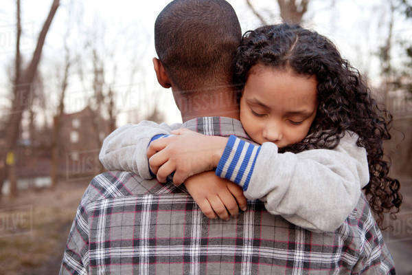 Father carrying sleeping daughter (6-7) Royalty-free stock photo