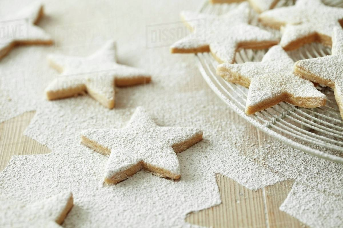 Star Shaped Biscuits Dusted With Icing Sugar For Christmas Stock Photo