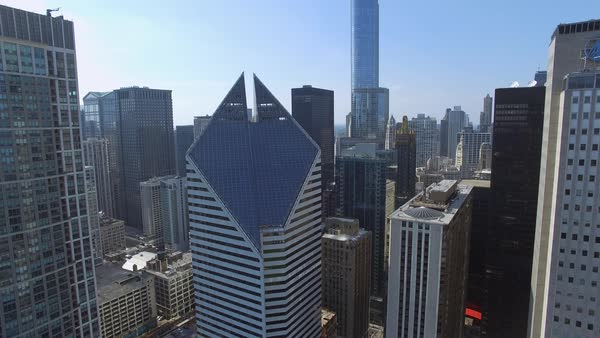 Push-out shot of Crain Communications Building in Chicago Royalty-free stock video