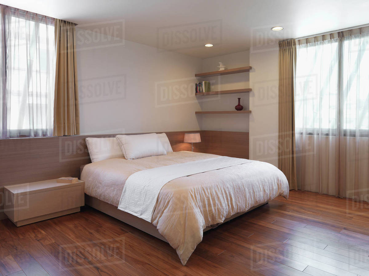 Simple minimalist bedroom with hardwood floors D10_10_10