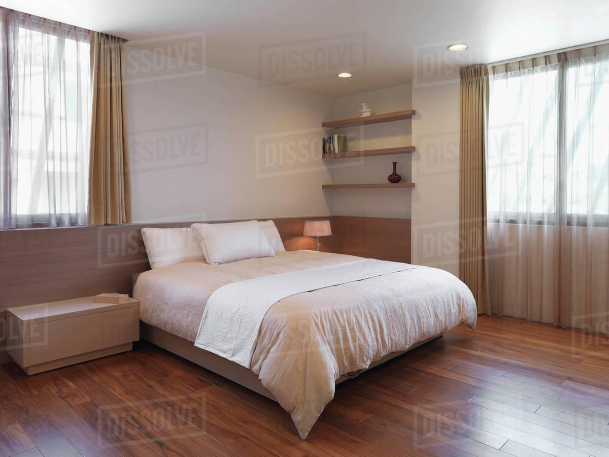 Simple minimalist bedroom with hardwood floors D4_4_4