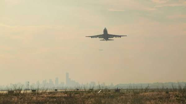 747-400 takes off in slow motion with manhattan in background Royalty-free stock video