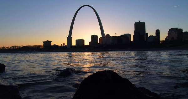 The St. Louis arch in twilight light. Royalty-free stock video