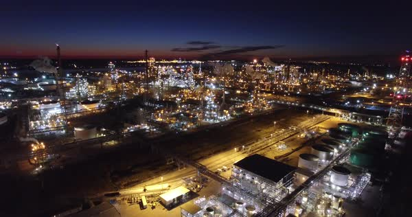Excellent aerial over huge industrial oil refinery at night. Royalty-free stock video