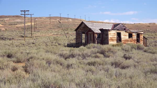 An abandoned settlers cabin in the ghost town of Bodie, California. Royalty-free stock video