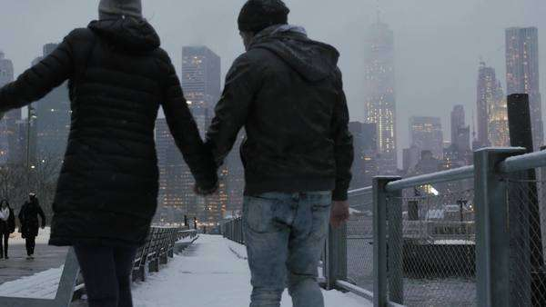 Cinematic shot of young romantic couple holding hands with Manhattan skyline in background Royalty-free stock video
