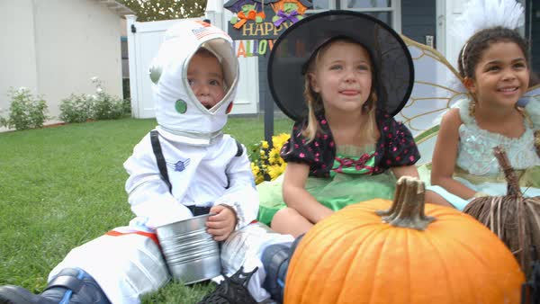 Children in halloween costumes trick or treating Royalty-free stock video