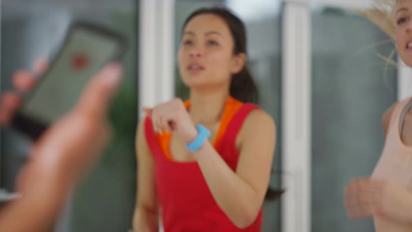 Fitness instructor using mobile phone app to train with female clients. Royalty-free stock video