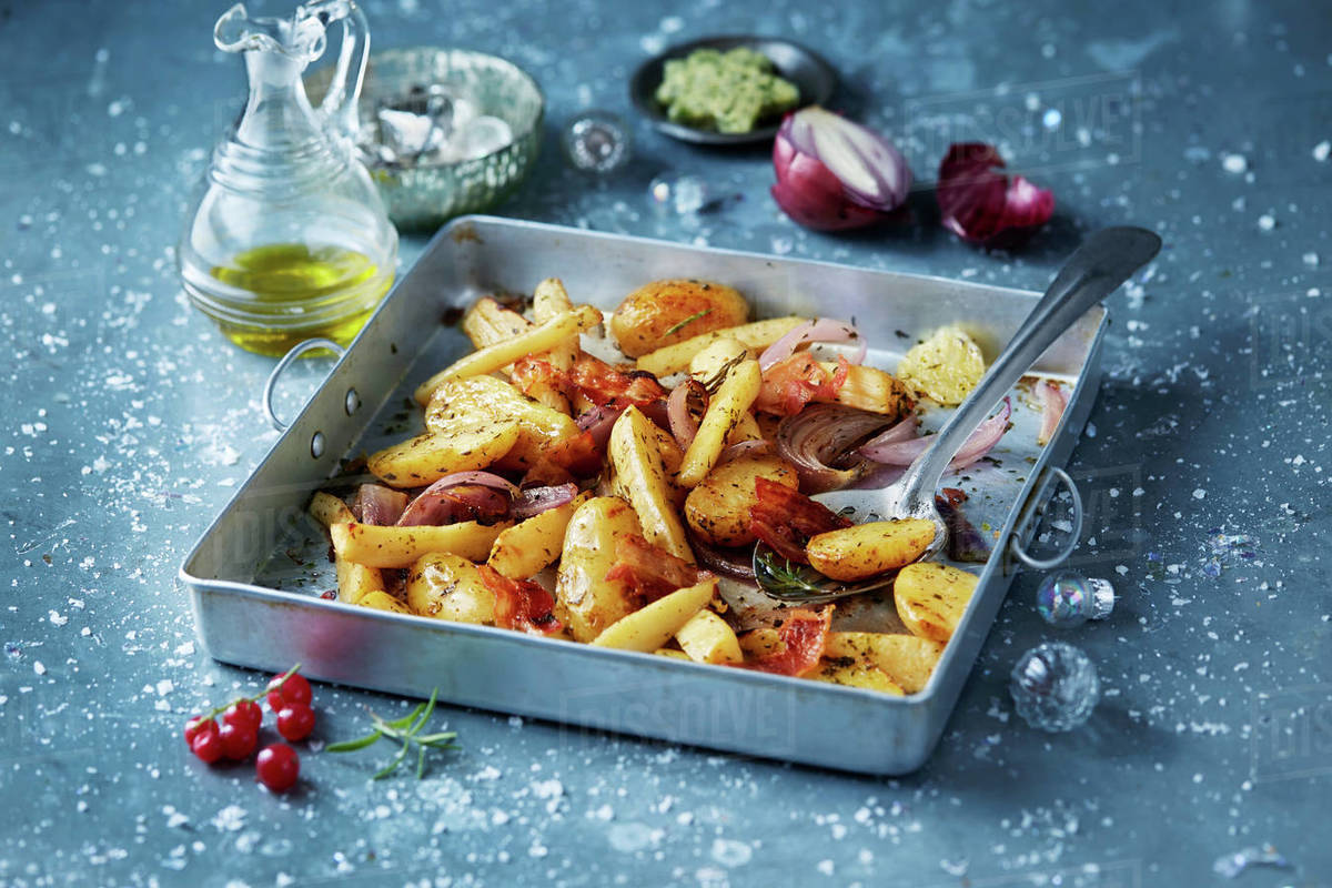 Christmas Dinner In A Tin.Roasted Vegetables With Red Onions In Roasting Tin Seasonal Christmas Food Stock Photo